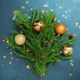 Bolas del día de fiesta del árbol de abeto del concepto de la Feliz Año Nuevo de la Feliz Navidad que adornan Fotografía de archivo libre de regalías