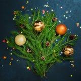 Bolas del día de fiesta del árbol de abeto del concepto de la Feliz Año Nuevo de la Feliz Navidad que adornan Foto de archivo libre de regalías