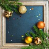 Bolas del día de fiesta del árbol de abeto del concepto de la Feliz Año Nuevo de la Feliz Navidad que adornan Foto de archivo