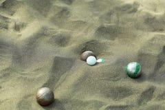 Bolas del deporte de Bocce en la playa arenosa Foto de archivo