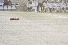 Bolas del fútbol americano en campo de hierba verde Imagen de archivo