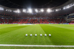 Bolas del fútbol de la liga de los campeones en el campo antes del partido de fotografía de archivo libre de regalías
