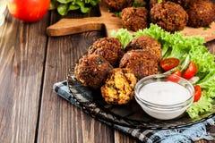 Bolas del falafel del garbanzo con las verduras imagenes de archivo