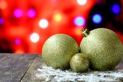 Bolas del fondo de la Navidad en la tabla de madera oscura del escritorio Fotografía de archivo libre de regalías