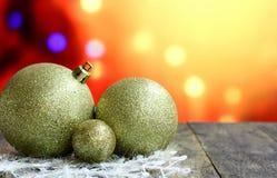Bolas del fondo de la Navidad en la tabla de madera oscura del escritorio Imágenes de archivo libres de regalías
