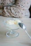 Bolas del helado en bol de vidrio Foto de archivo libre de regalías