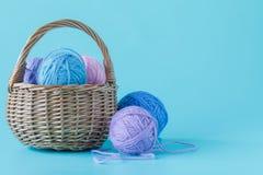 Bolas del hilado de lanas en cesta Fotografía de archivo libre de regalías