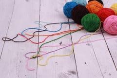bolas del hilado de lanas en el fondo de madera Imagen de archivo libre de regalías