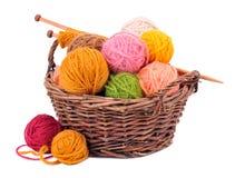 Bolas del hilado de lanas en la cesta Foto de archivo