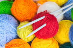 Bolas del hilado de lanas y de las agujas que hacen punto Foto de archivo libre de regalías