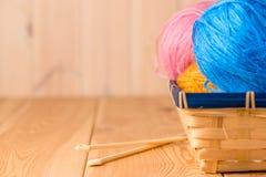 Bolas del hilado en una cesta Foto de archivo libre de regalías