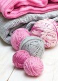 Bolas del hilado rosado y gris Imagen de archivo