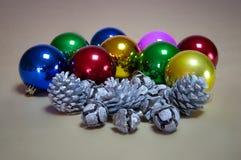 Bolas del ornamento de la Navidad, de la Navidad, piñas decorativas y malla foto de archivo