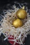 Bolas del oro de la decoración de la Navidad Imagen de archivo libre de regalías