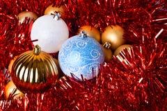 Bolas del oropel y de la Navidad Fotos de archivo libres de regalías