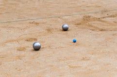 Bolas del petanque y bola metálicas del enchufe foto de archivo