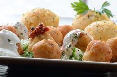 Bolas del queso con crema agria y paprika Fotos de archivo libres de regalías