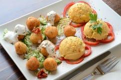 Bolas del queso con puré de patata en una placa blanca Foto de archivo libre de regalías