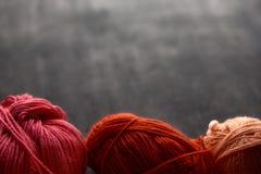 Bolas del rojo, color de rosa y anaranjadas del hilado Imágenes de archivo libres de regalías
