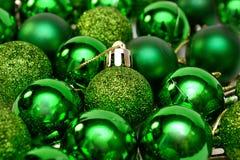 Bolas del verde de la decoración del Año Nuevo de la Navidad para el árbol de navidad Imagen de archivo libre de regalías
