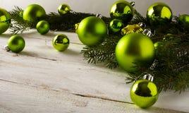 Bolas del verde del ornamento de la Navidad foto de archivo libre de regalías