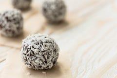 Bolas deliciosas de la energía con el coco y las almendras Fotos de archivo libres de regalías