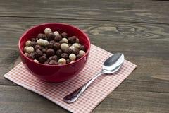 Bolas deliciosas del cereal y una cuchara Foto de archivo