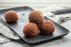 Bolas do cacau, bolos das bolas do chocolate imagem de stock