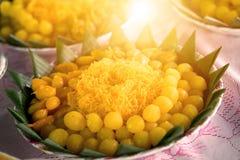 bolas do caramelo do garfo do ovo das linhas douradas fotos de stock