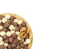 Bolas do cereal do chocolate em uma bacia de bambu Café da manhã saudável com fruto e leite Uma dieta completamente da energia e  foto de stock