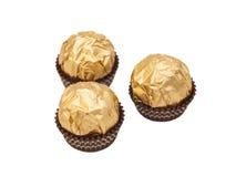 Bolas do chocolate com a amêndoa no papel da folha de ouro Imagens de Stock Royalty Free