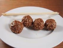 Bolas do chocolate de leite com amêndoa e amendoins Imagens de Stock Royalty Free