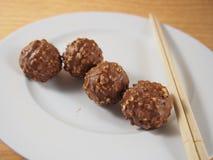 Bolas do chocolate de leite com avelã torrada Fotografia de Stock