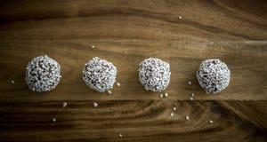Bolas do chocolate em uma placa de desbastamento marrom Fotografia de Stock