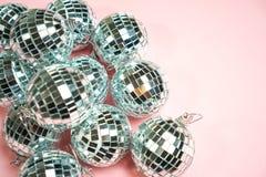 Bolas do disco para o partido da decoração no fundo cor-de-rosa pastel do inclinação Conceito do feriado do partido da véspera de foto de stock royalty free