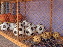 Bolas do esporte e raquetes de badminton Fotos de Stock