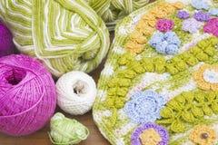 Bolas do fio do fio de mescla do algodão no fundo de madeira Coloridos brilhantes fazem crochê a bolsa à moda A embreagem feito a Imagens de Stock Royalty Free