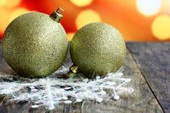 Bolas do fundo do Natal na tabela de madeira escura da mesa Fotos de Stock Royalty Free