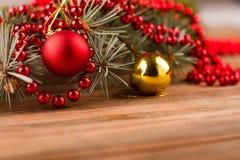 Bolas do Natal com árvore de abeto e grânulos em um fundo de madeira Fotos de Stock
