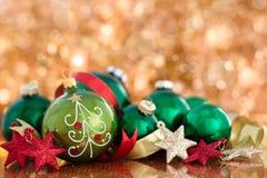 Bolas do Natal com a árvore de Natal pintada e estrelas contra ho Imagens de Stock Royalty Free