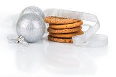 Bolas do Natal com biscoitos Fotografia de Stock