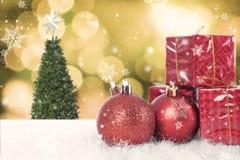 Bolas do Natal com caixa de presente e floco de neve na árvore de Natal Imagens de Stock Royalty Free