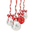 Bolas do Natal com a curva vermelha isolada no fundo branco Foto de Stock Royalty Free