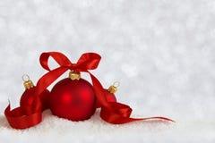 3 bolas do Natal com a fita defocused Fotos de Stock Royalty Free