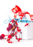 Bolas do Natal da curva da caixa de presente Fotografia de Stock Royalty Free
