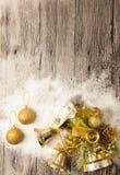 Bolas do Natal do ouro, bolas de neve, neve do inverno e estrela de brilho no fundo de madeira Imagem de Stock Royalty Free