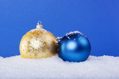Bolas do Natal do ouro na neve Fotos de Stock Royalty Free