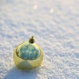 Bolas do Natal do ouro na neve. Fora. imagem de stock royalty free