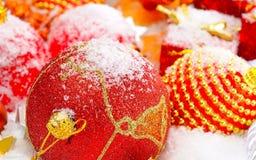 Bolas do Natal dos vermelhos na neve sobre o fundo obscuro, profundidade de campo rasa Ano novo e Natal Brinquedo do ` s do ano n fotografia de stock