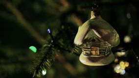 Bolas do Natal e árvore de abeto com piscamento da festão video estoque